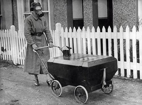 01-donna porta bambino in una carrozzina