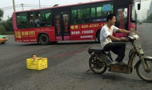 bambino trasportato dallo scooter