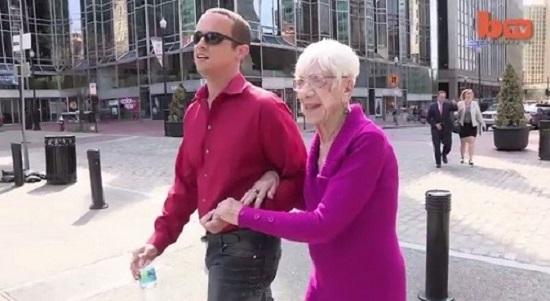 coppia ragazzo nonna