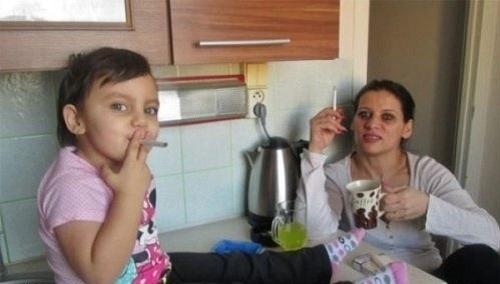 madre fa fumare la figlia