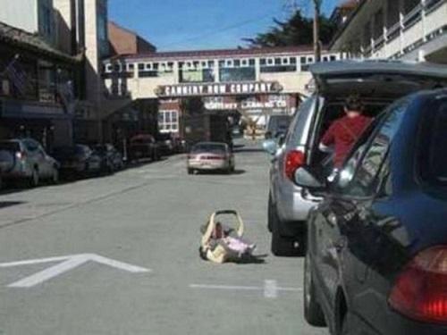 passeggino in mezzo alla strada