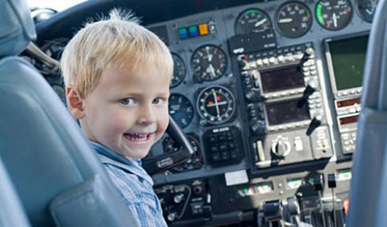 bambino pilota aereo