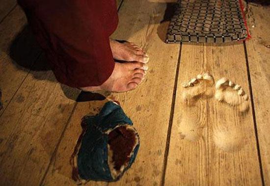 piedi-lasciano-solco-sul-legno
