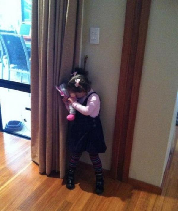 bambina gioca a nascondino