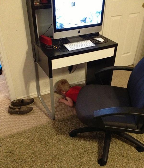 bambino nascosto tavolo