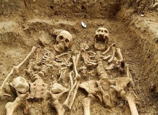 Inghilterra, la coppietta sepolta insieme commuove il web: due scheletri mano nella mano da oltre 700 anni
