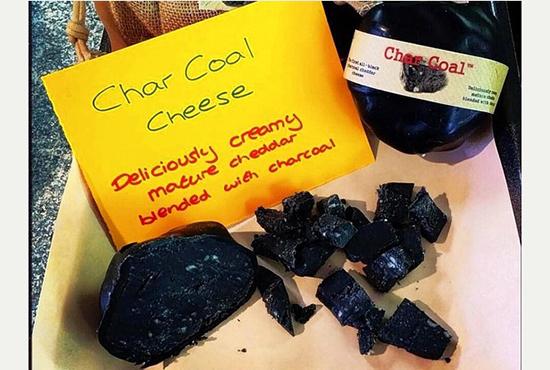 formaggio nero fatto con il carbone