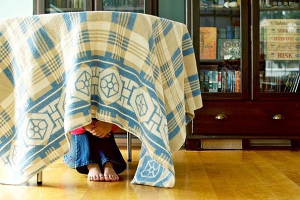 giocare bambini genitori nascondino