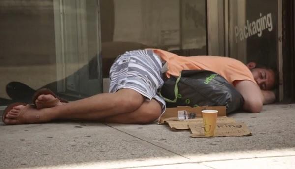 donne rimorchiate da senzatetto