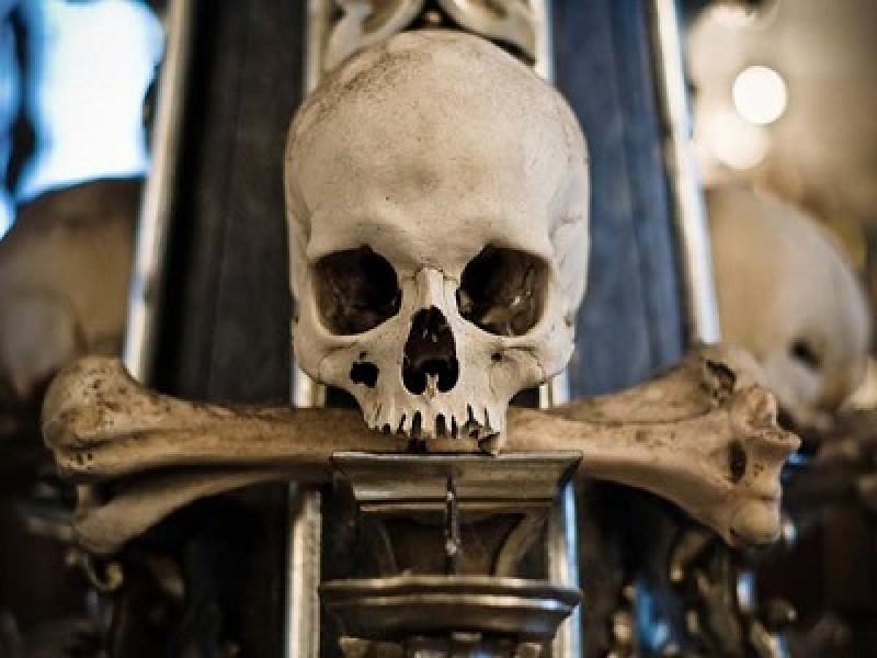 La Chiesa Cimitero di tutti i Santi costruita con le ossa di 70.000 corpi umani