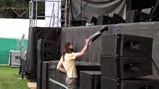 getta la propria gamba sul palco