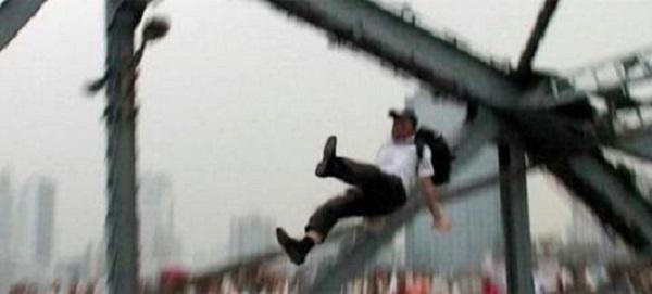 passante spinge suicida sul ponte