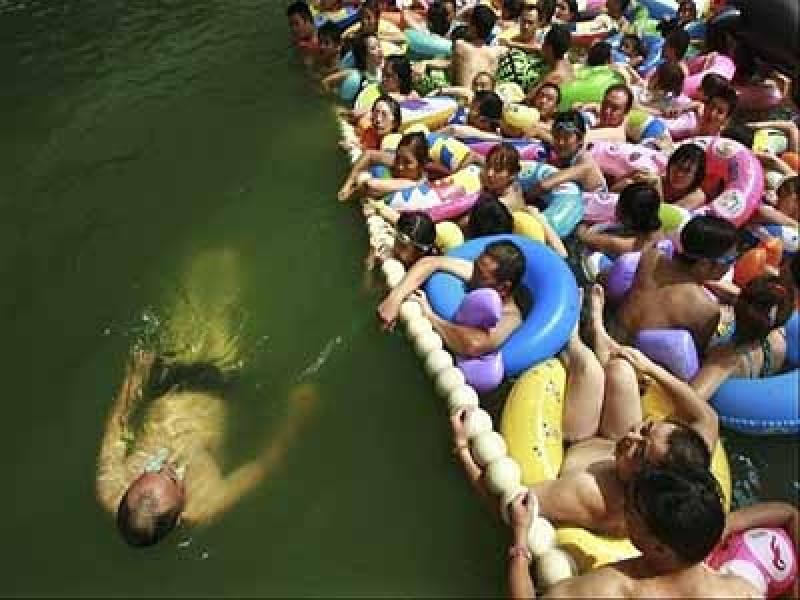 In Cina le piscine più affollate e sporche del mondo