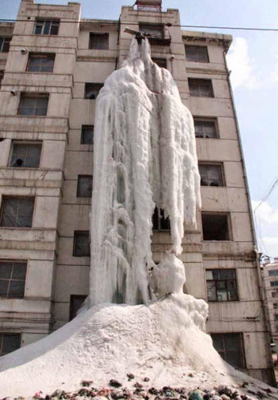 rubinetti aperti per creare una cascata di ghiaccio