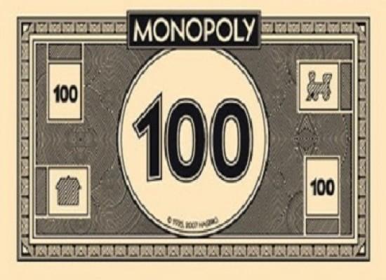 Va in banca coi soldi del Monopoli e riesce anche a farseli cambiare