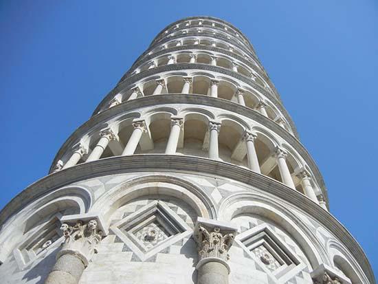 torre di pisa vista dal basso