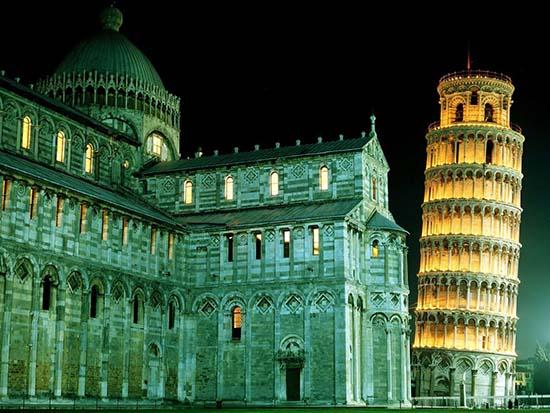 torre si pisa illuminata