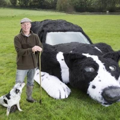 Contadino trasforma l'auto di famiglia in un cane da pastore
