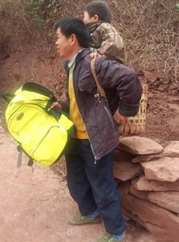 padre accompagna bambino disabile a scuola