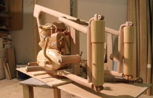 falegname realizza moto in legno