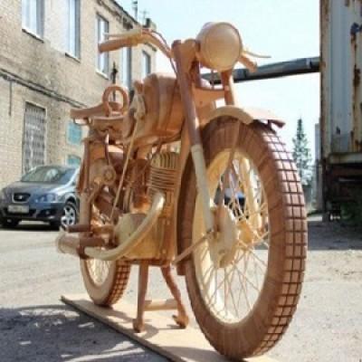 Falegname crea perfetta replica completamente in legno della moto d'epoca IZH-49