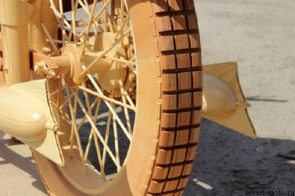 verniciare moto in legno