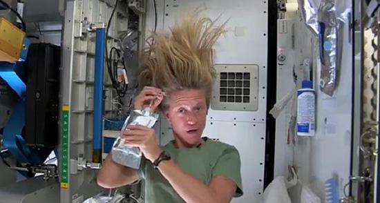 Karen Nyberg astronauta lavaggio capelli