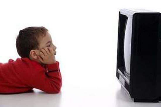 bambino davanti la televisione
