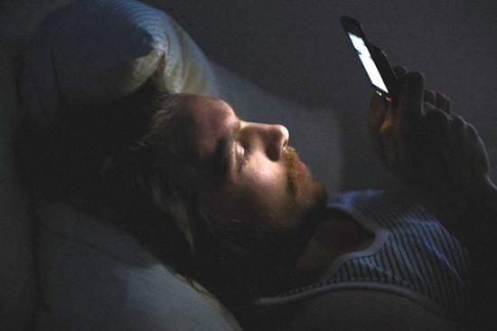 cellulare a letto
