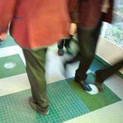 Corrente elettrica generata calpestando il pavimento