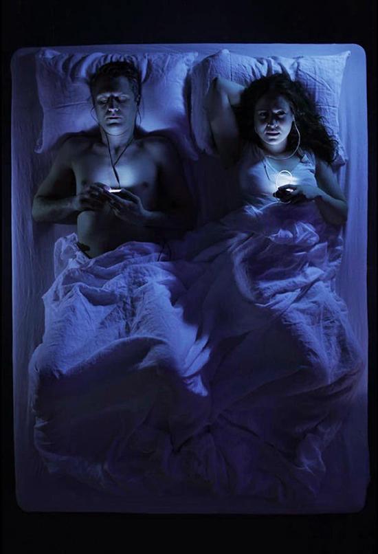 smartphone la sera a letto