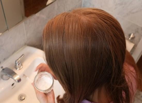 Lavano i capelli senza shampoo per 20 giorni: il risultato dell'esperimento è sorprendente