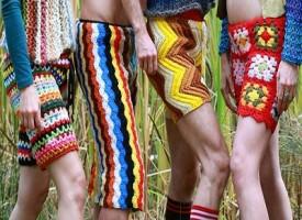 I pantaloni all'uncinetto, l'ultima moda maschile di cui non potevamo proprio fare a meno