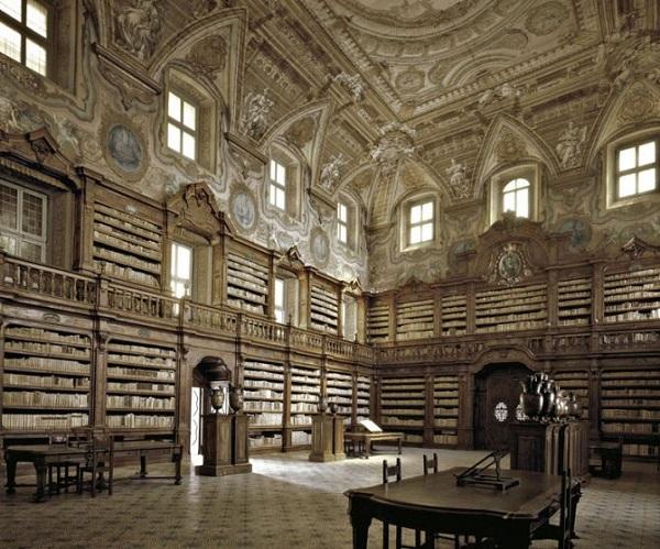 biblioteca statale oratoriana del girolamini a napoli