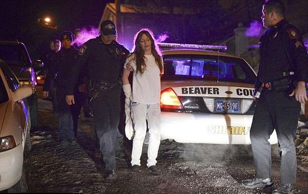 ruba auto polizia mentre è ammanettata