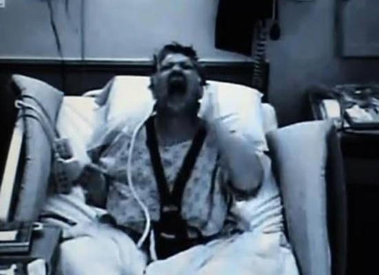 Donna soffre della sindrome della mano Aliena e si schiaffeggia da sola