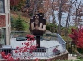 La moglie lo lascia e lui installa un dito medio gigante in giardino