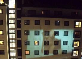Bravata a luci rosse, studenti proiettano film porno su un palazzo