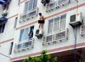 L'amante fugge nudo sul balcone ma viene «immortalato» dal vicino