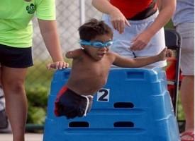 Gabe, il piccolo campione di nuoto senza gambe e con un solo braccio