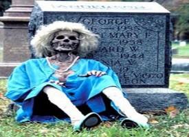 Novantenne vive per decenni con due cadaveri
