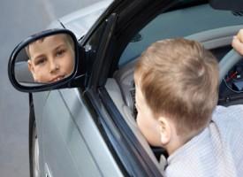 Bambino di 7 anni ruba un auto per evitare la messa