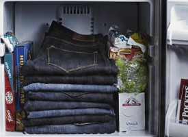 Jeans innovativi: si congelano in freezer invece di lavarli in lavatrice