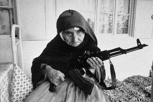 11-anziana donna difende casa