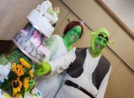 Sognavano un matrimonio da favola, si travestono da Fiona e Shrek