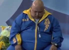 Allenatore di nuoto Kazaka si addormenta e cade in piscina