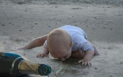 bambino beve birra