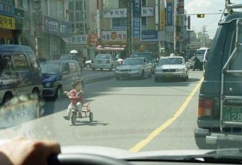 bimbo su strada