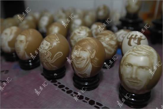 scolpisce volti calciatori uova