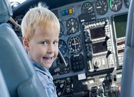 Bambino dirige traffico aereo